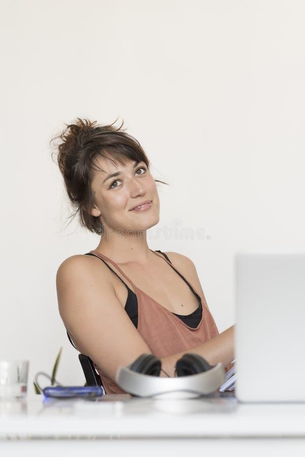 Женщина офиса сидя на ослабленном стуле стоковое изображение rf