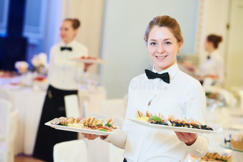 Женщина официантки в ресторане стоковое изображение rf