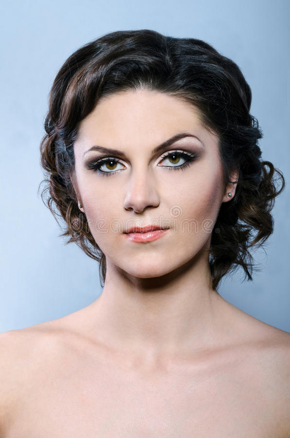 Женщина очарования с самомоднейшими курчавыми стилем причёсок и ярк составом стоковое фото rf