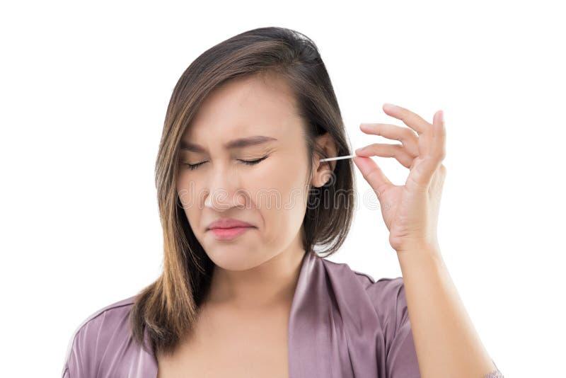 Женщина очищает ухо с пробиркой хлопка стоковые фото