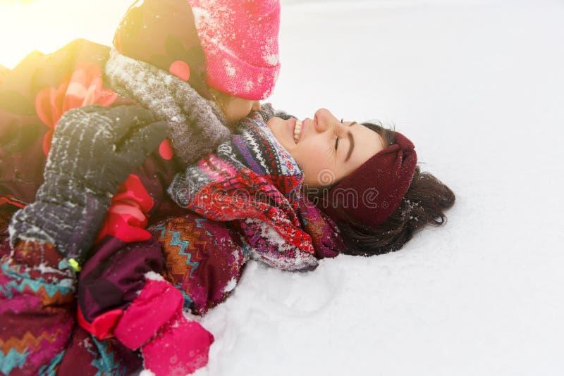 Женщина, дочь в снежном парке стоковое изображение rf