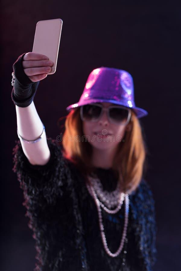 Женщина одетая как popstar принимающ selfie стоковое изображение rf
