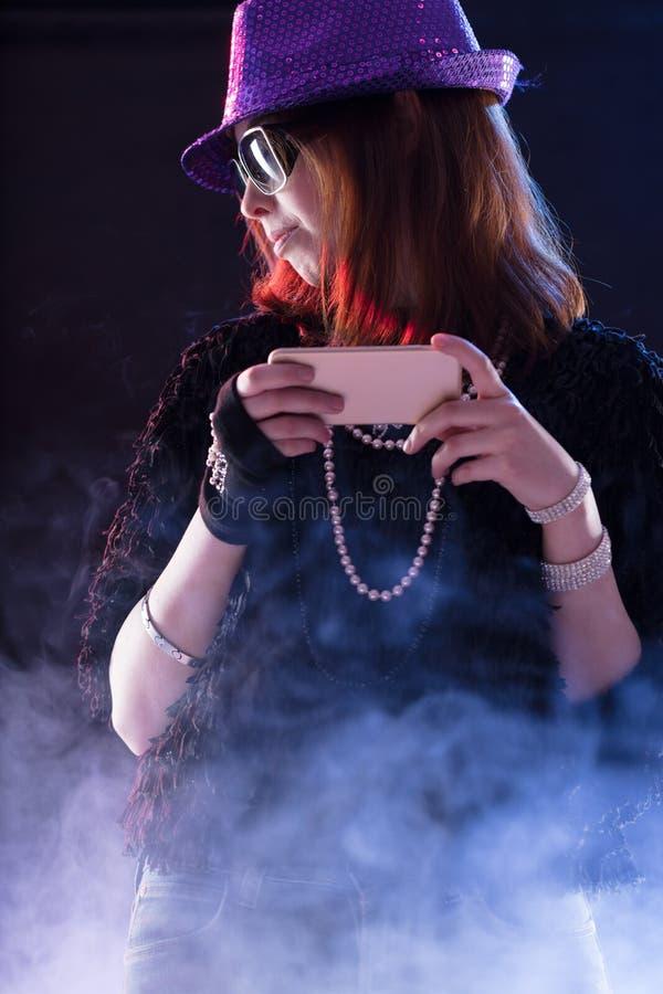 Женщина одетая как popstar с чернью стоковые фотографии rf