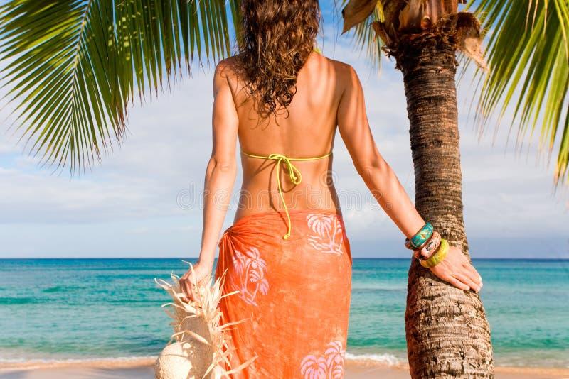 женщина пальмы пляжа стоковая фотография