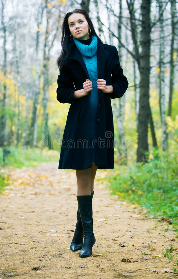 Download женщина парка брюнет тонкая гуляя Стоковое Фото - изображение насчитывающей энигматично, черный: 6857574