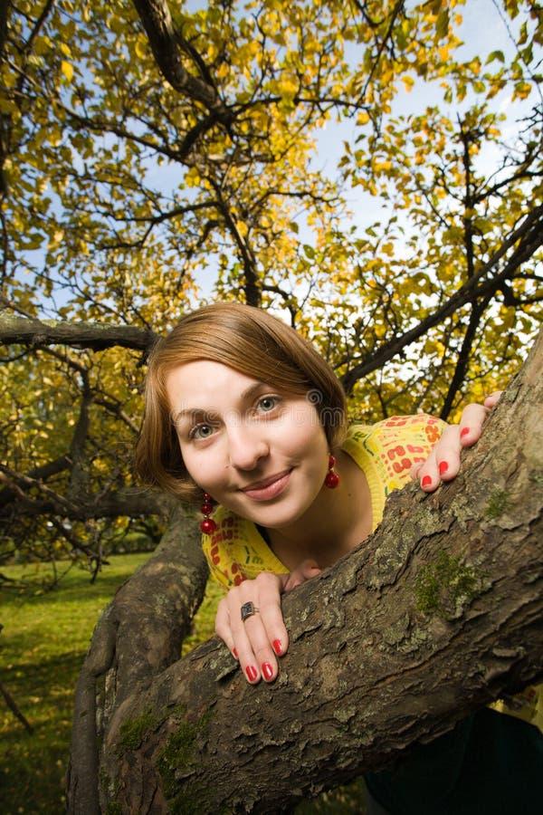 Download женщина парка осени стоковое изображение. изображение насчитывающей положительно - 18394085