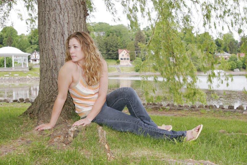 женщина парка стоковое фото