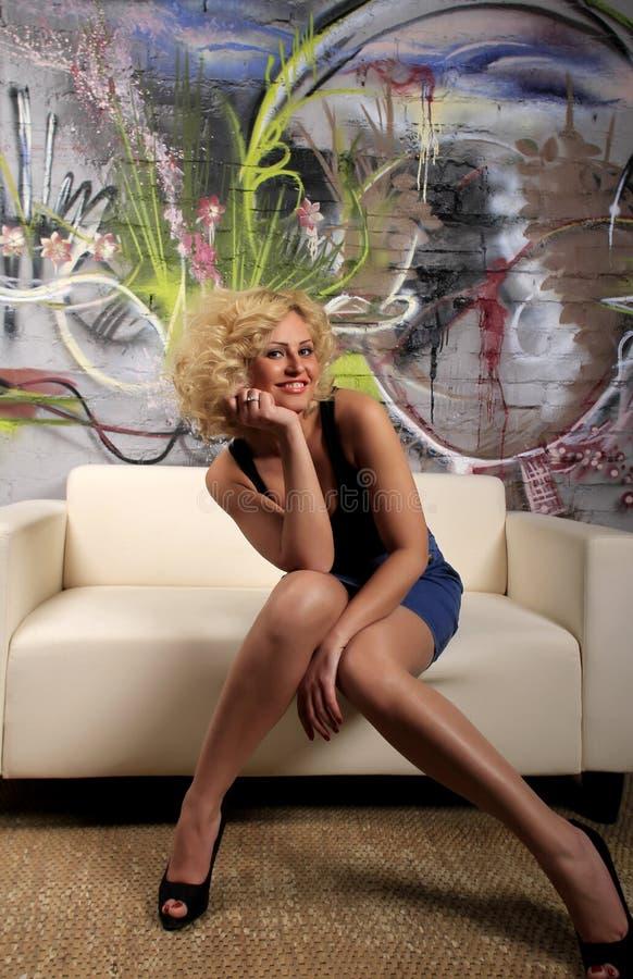 женщина партии кресла стоковое изображение rf