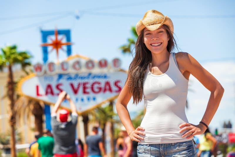 Женщина пастушкы американца знака Лас-Вегас туристская на ковбойской шляпе перемещения поездки США нося перед известной привлекат стоковая фотография rf