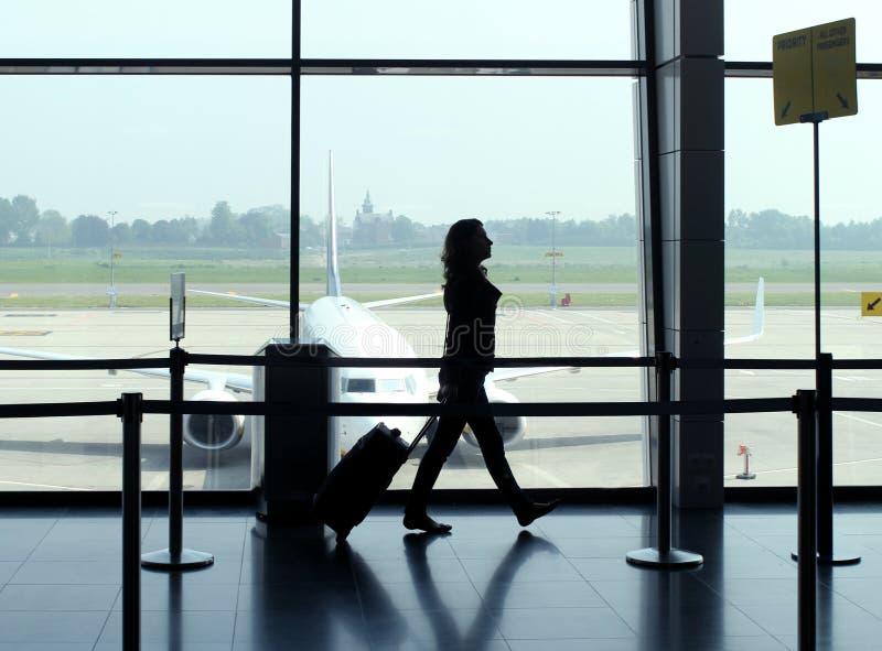 Женщина перемещения в авиапорте