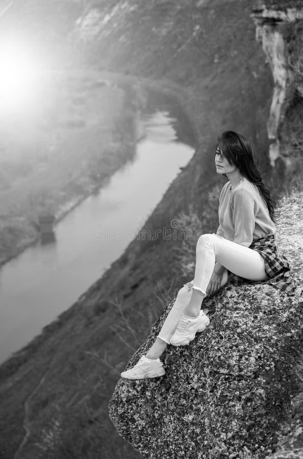 Женщина перемещения туристская счастливая Концепция перемещения и wanderlust изумляя атмосферический момент E Привлекательная жен стоковые изображения