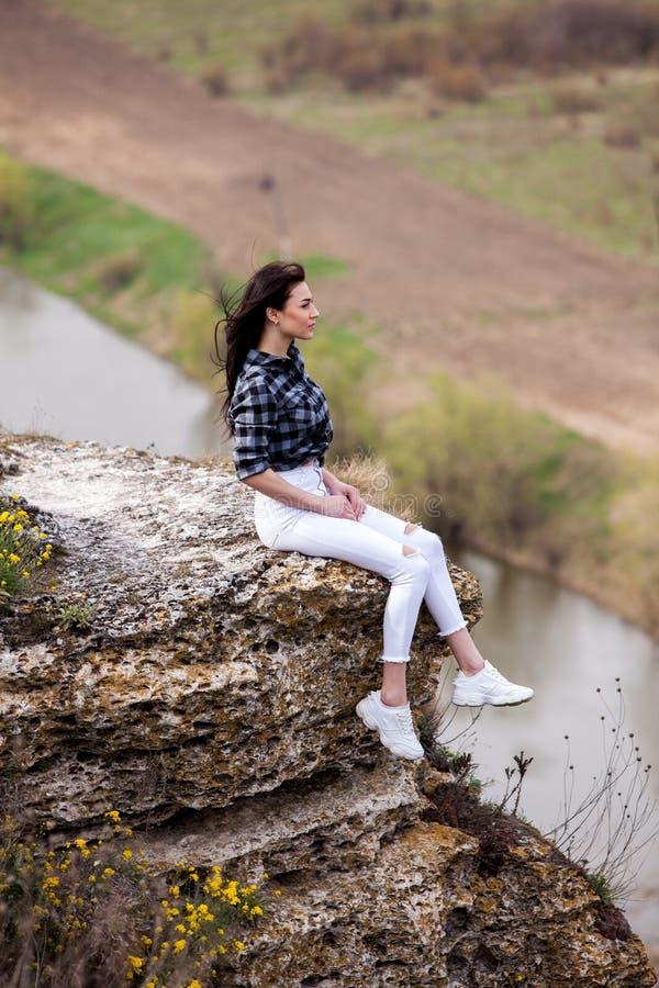 Женщина перемещения туристская счастливая Концепция перемещения и wanderlust изумляя атмосферический момент E Привлекательная жен стоковые фотографии rf