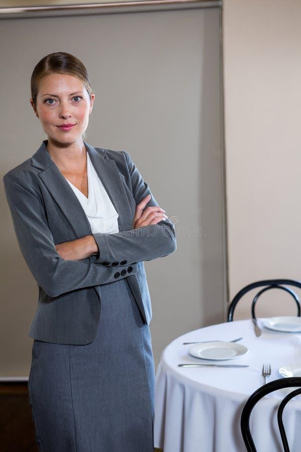 женщина пересеченная рукоятками стоящая стоковое фото rf