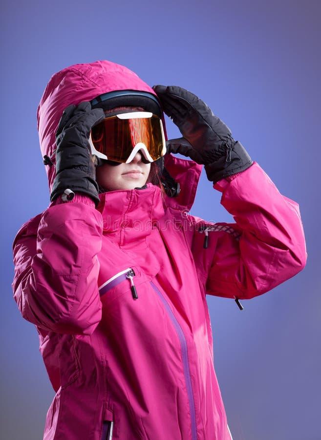 Женщина перед кататься на лыжах стоковые изображения rf