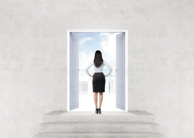 Женщина перед открыть дверью стоковое фото rf