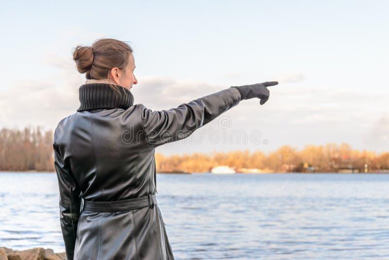 женщина перста указывая стоковая фотография