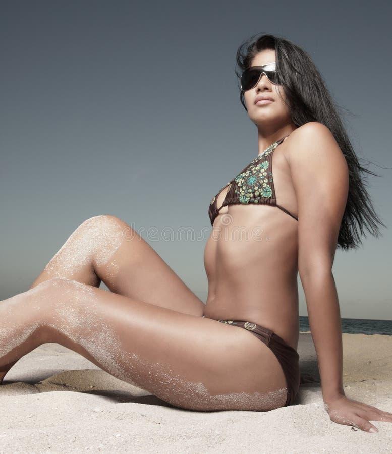 женщина песка сидя стоковая фотография
