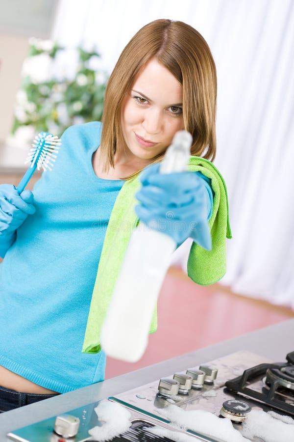 женщина печки брызга кухни чистки стоковые фотографии rf