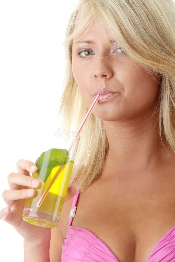 женщина пинка питья бикини холодная стоковые фотографии rf