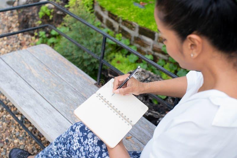 Женщина писать экологическую концепцию релаксации парка стоковые изображения rf