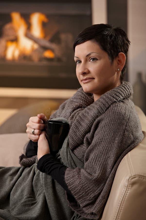 женщина питья горячая стоковое изображение
