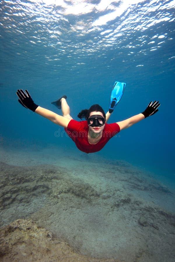 женщина платья красная подводная стоковое изображение rf