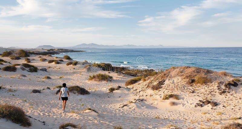 женщина пляжа гуляя стоковое фото