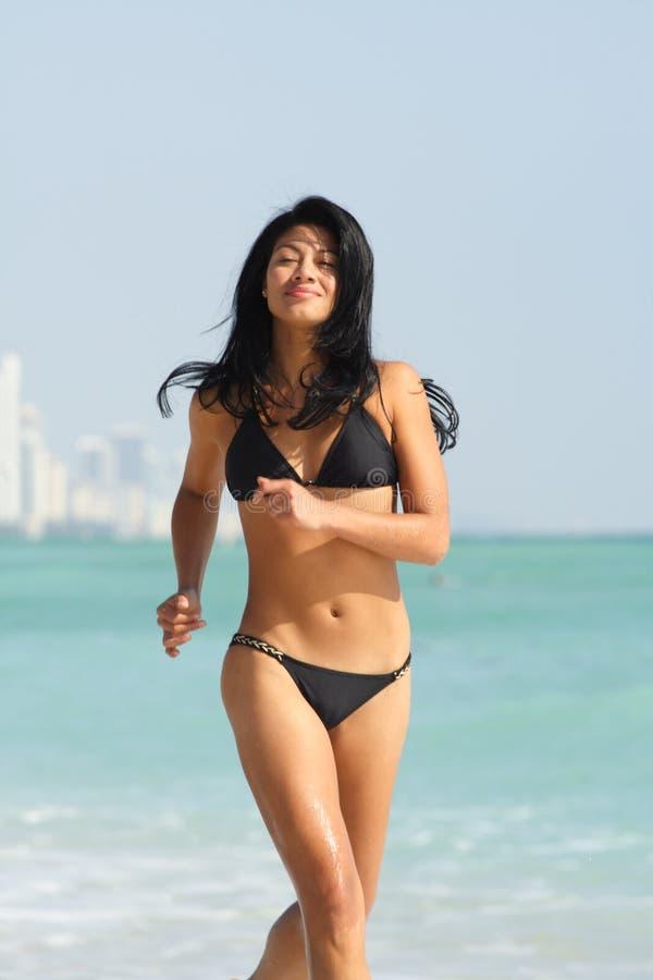 женщина пляжа идущая стоковое изображение