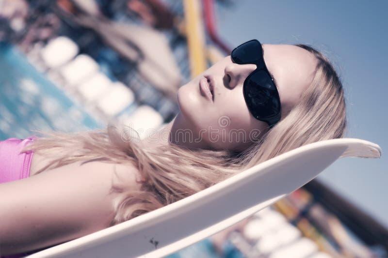 женщина пляжа красивейшая лежа стоковое фото