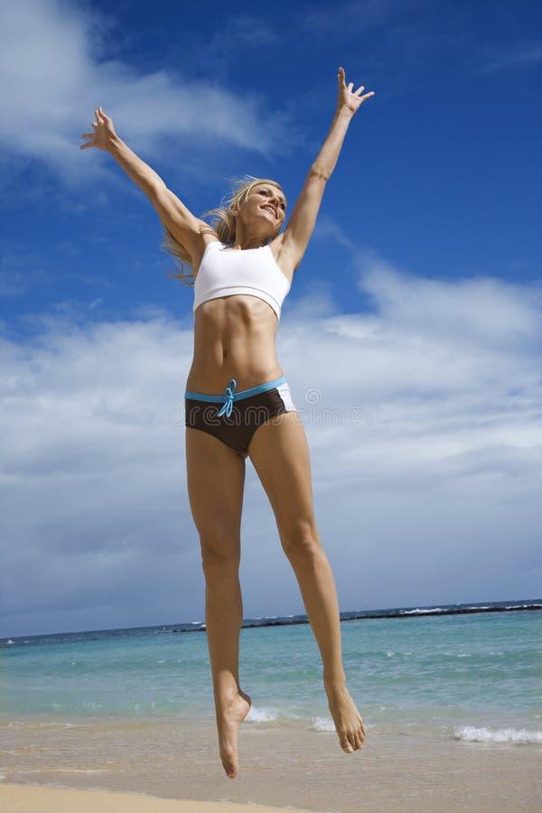 женщина пляжа скача стоковые фотографии rf