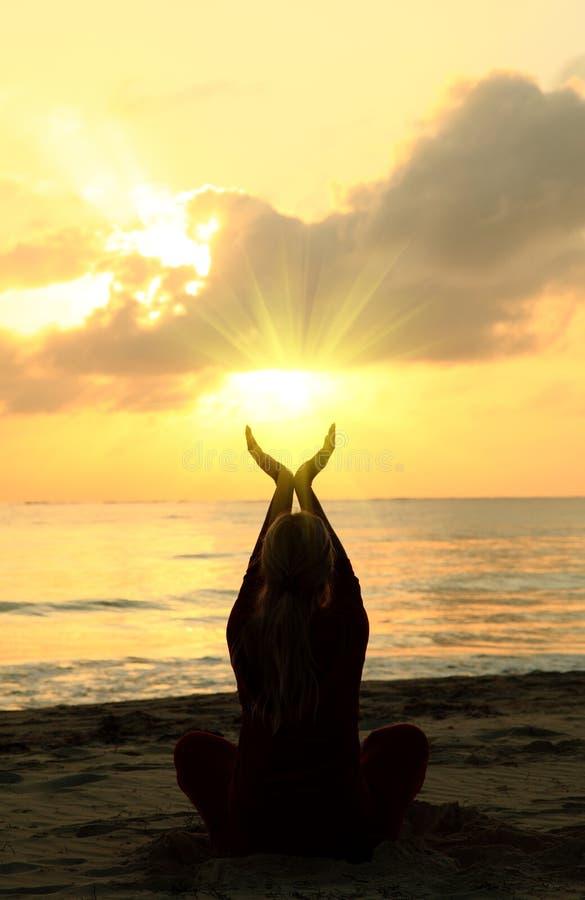 женщина пляжа meditating стоковые фотографии rf