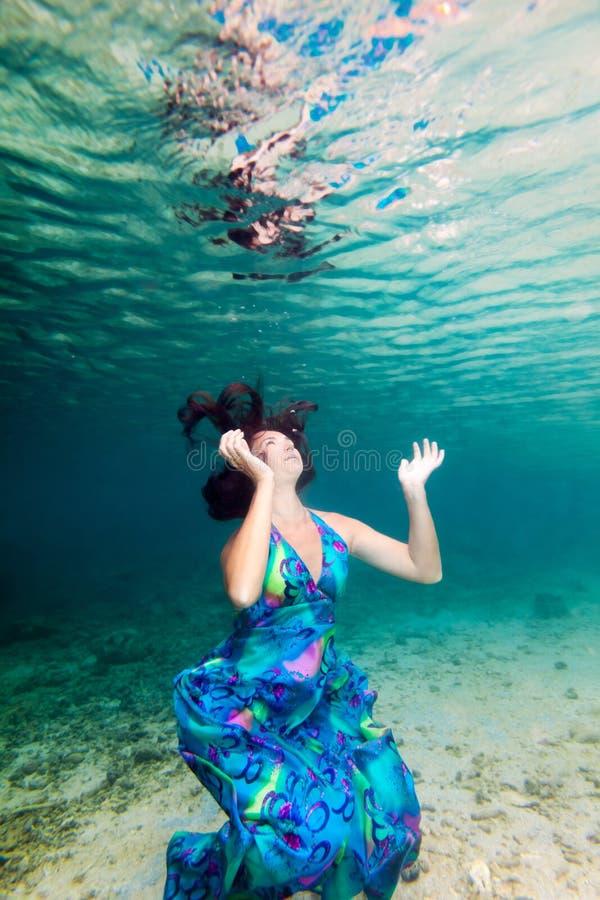 Женщина подводная стоковые изображения