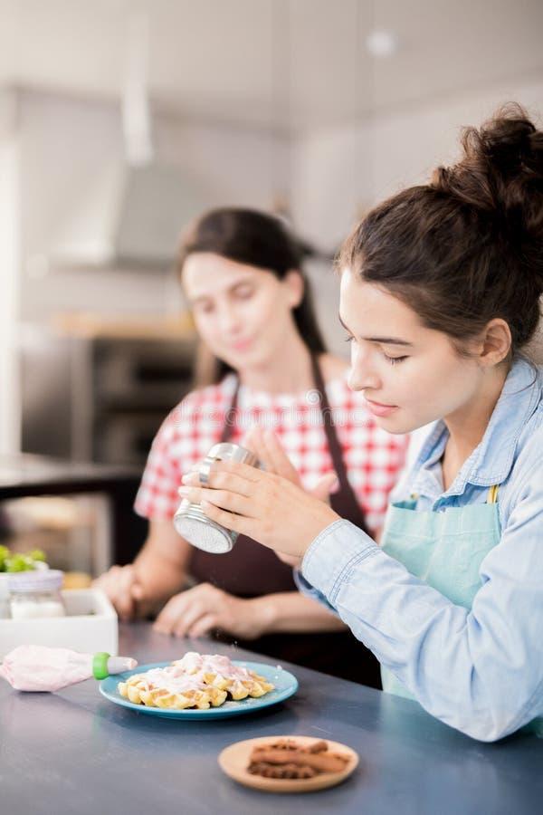 Женщина подготавливая десерт стоковое фото rf