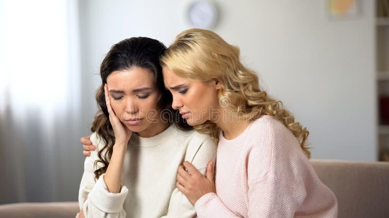 Женщина поддерживая ее расстроенного друга, депрессии после тормозить вверх с парнем стоковые фотографии rf