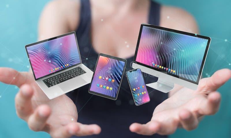Женщина подключает современные ноутбуки для смартфонов и трехмерную визуализацию компьютера стоковые изображения rf