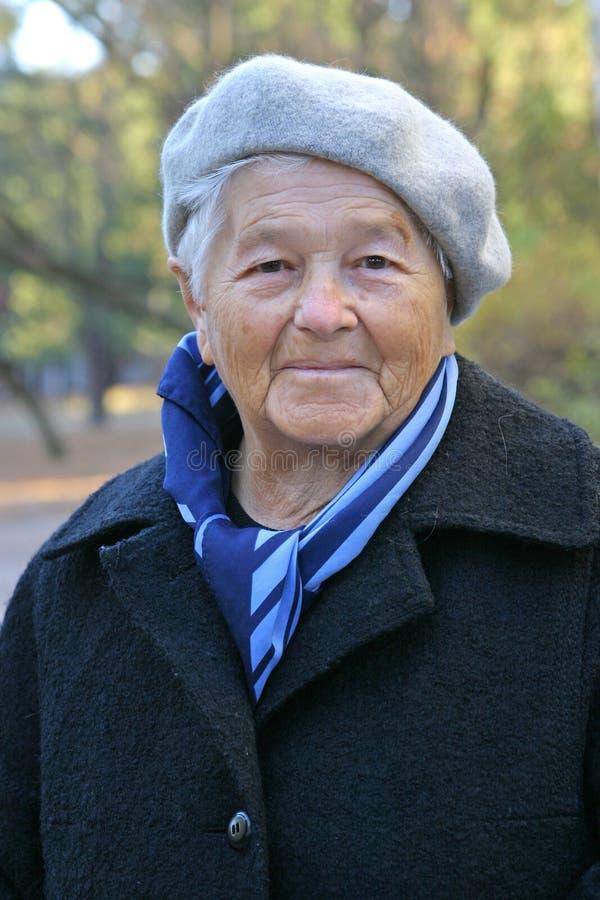 женщина пожилых людей пальто стоковая фотография
