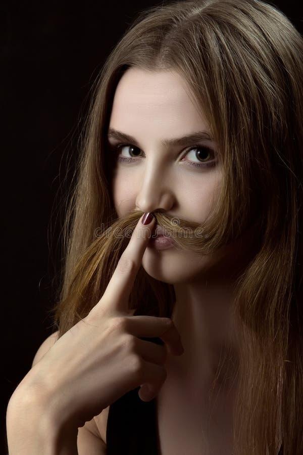 Женщина показывает усик стоковые изображения rf