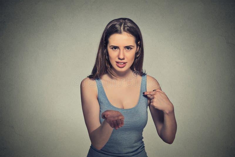 Женщина показывать с ладонями руки до оплачивает назад теперь представляет счет деньги стоковые изображения