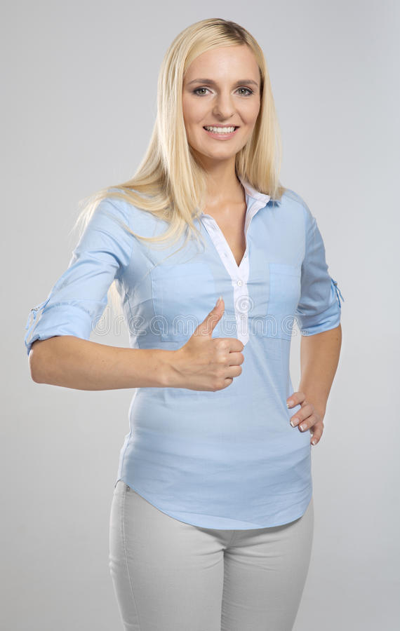 Женщина показывая большой пец руки вверх по знаку стоковая фотография rf