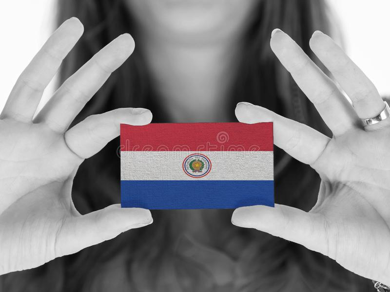 Женщина показывая визитную карточку - Парагвай стоковые изображения