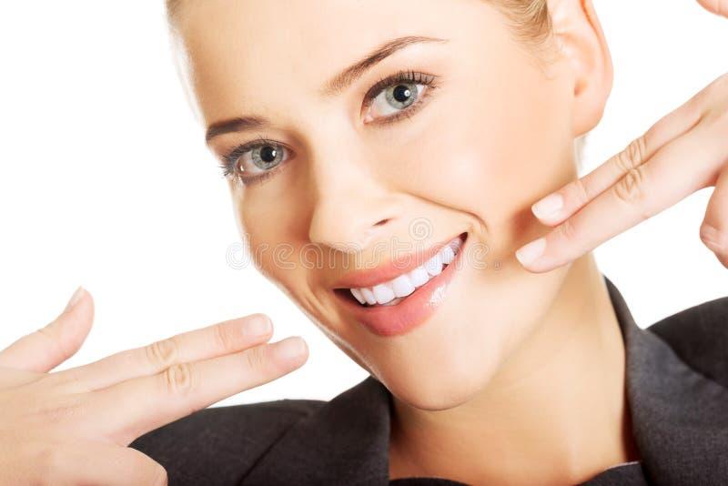 Женщина показывая ей совершенные белые зубы стоковые фотографии rf