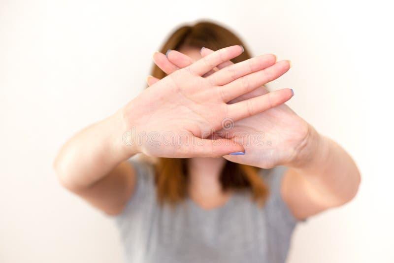 женщина показывая жест стопа с ладонями стоковое фото rf
