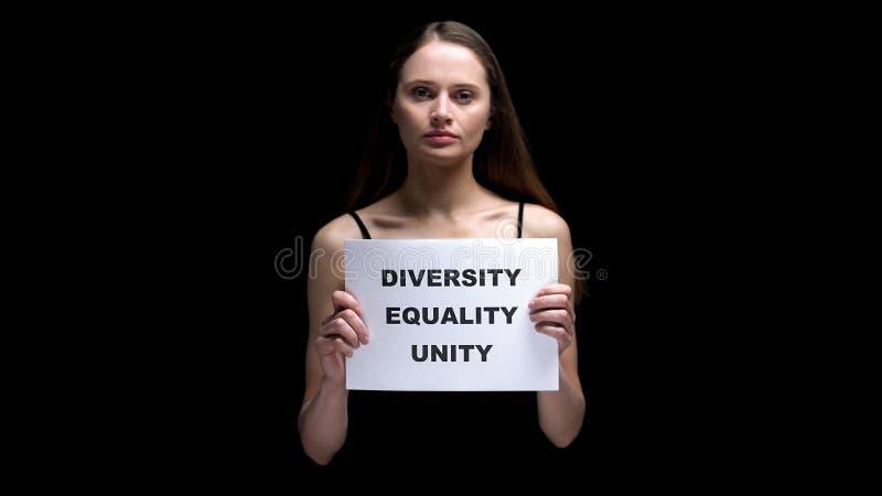 Женщина показывая знак единства равности разнообразия, многокультурные отношения, отсутствие расизма стоковое фото rf