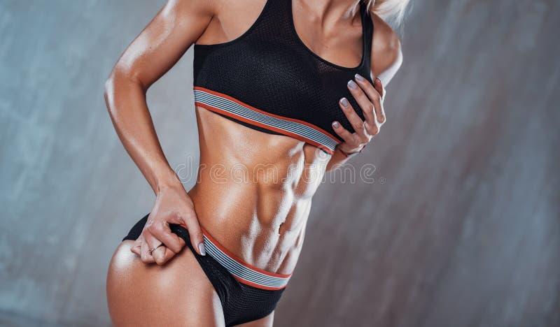 Женщина показывая подбрюшные мышцы стоковая фотография