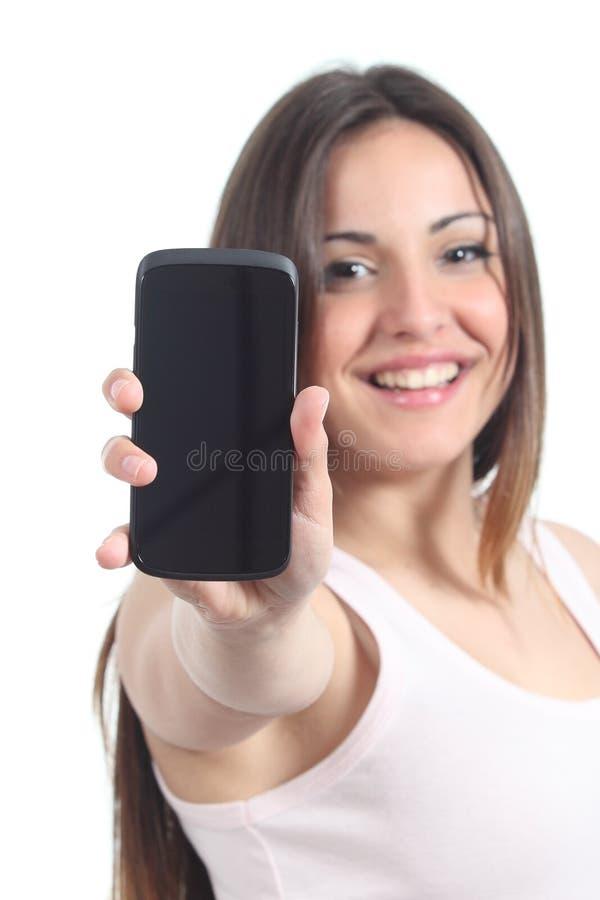 Женщина показывая черный экран мобильного телефона стоковое изображение