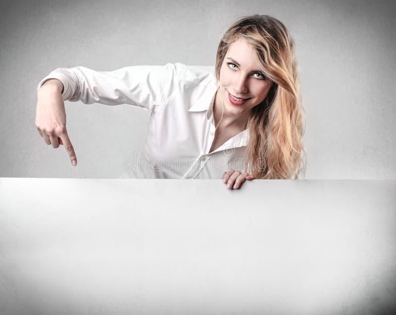 Женщина показывая что-то стоковые изображения rf