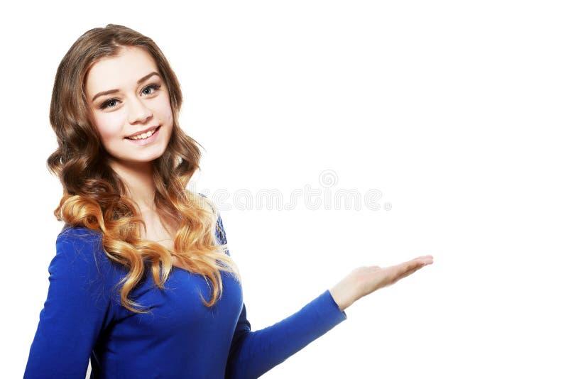 Женщина показывая copyspace стоковое изображение rf