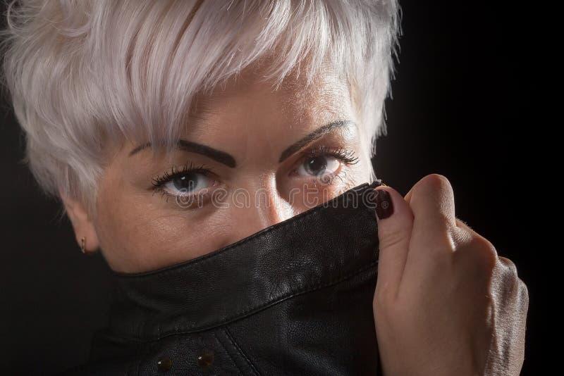 Женщина покрывает ее сторону стоковое изображение rf