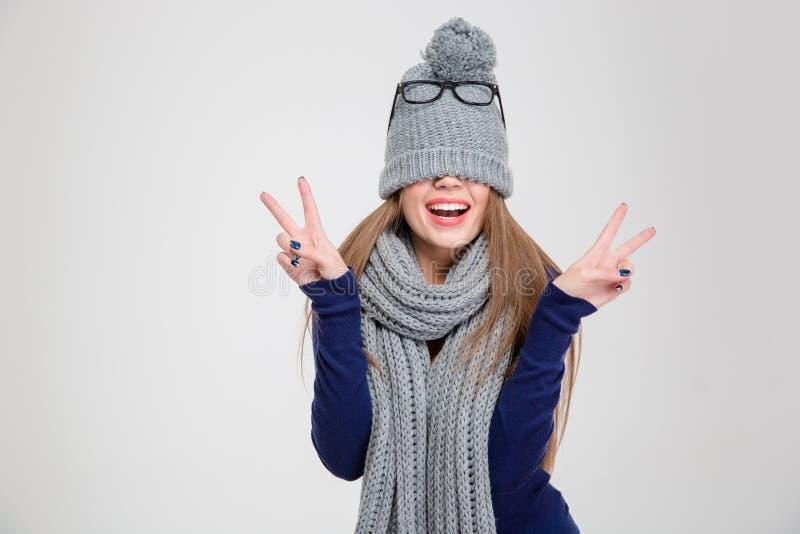 Женщина покрывая ее глаза с шляпой стоковые изображения rf