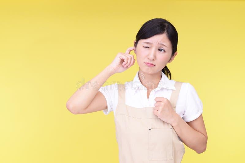 Женщина покрывая ее ухо стоковые изображения